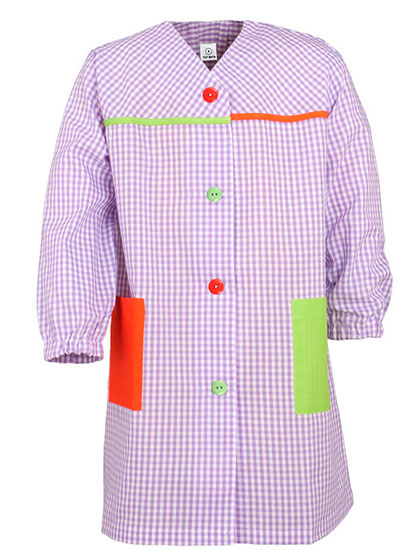 Bata infantil cuello V en color lila y estampado de cuadros, combinada con bolsillos lisos y vivos en colores pistacho y naranja.