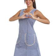 Playera de mujer con estampado de cuadros azules y blancos.