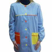 Bata de rayas azules con bolsillos en naranja y amarillo.