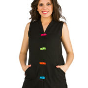 Casaca sin mangas para mujer con detalles de colores en las trabillas de los botones.
