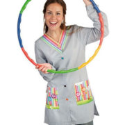 Bata profesora de manga larga de rayas finas azules y blancas con estampado arco-iris en bolsillo y cuello.