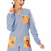 Bata profesora de manga larga con cuadros azules, cuello mao y cierre central con cremallera.