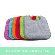 Babero de rizo impermeable con goma o elástico de distintos colores.