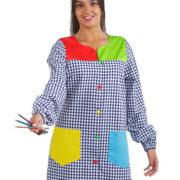 Bata de señora con estampado de cuadros, tejidos superpuestos y botones en colores: rojo, amarillo, verde y azul.