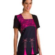 Casaca de manga corta con estampado arabesco en color negro y fucsia en la parte superior, y estampado de lacitos estilo lencero en la parte inferior.