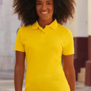 Polo de manga corta para mujer disponible en diversos colores.