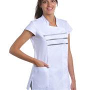 Casaca blanca de señora con tres tiras de raso gris cruzando el pecho.