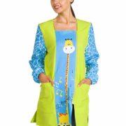 Bata para profesora de manga larga en verde y turquesa con dibujo de jirafa.