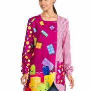Bata para profesora de color morado y cuadros con estampado de fichas de lego.
