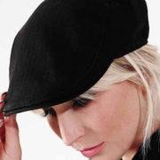 Gorra unisex con visera y elástico detrás en color negro.