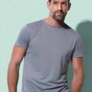 Camiseta técnica de hombre 100% Poliéster de corte ajustado y cuello estrecho.