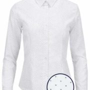 Camisa señora blanca con lunares azul marino.